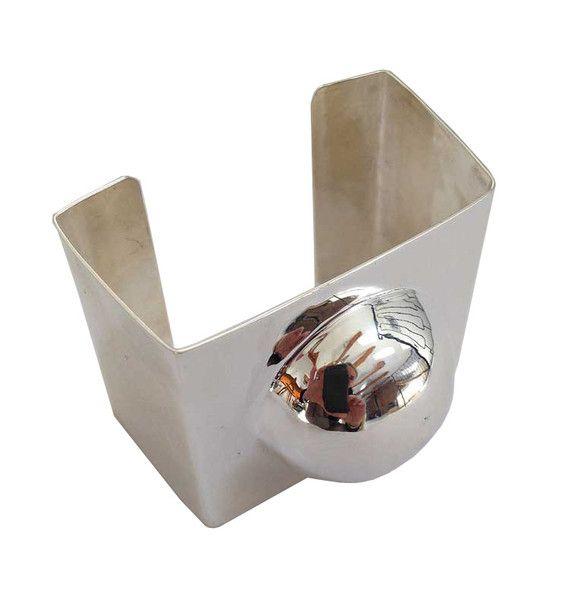 stelt armband  silverpläterad mässing kantigt med halvsfär B 6,5 cm  H 5,5 cm D 5 cm justerbart handgjort Sjösten Sweden