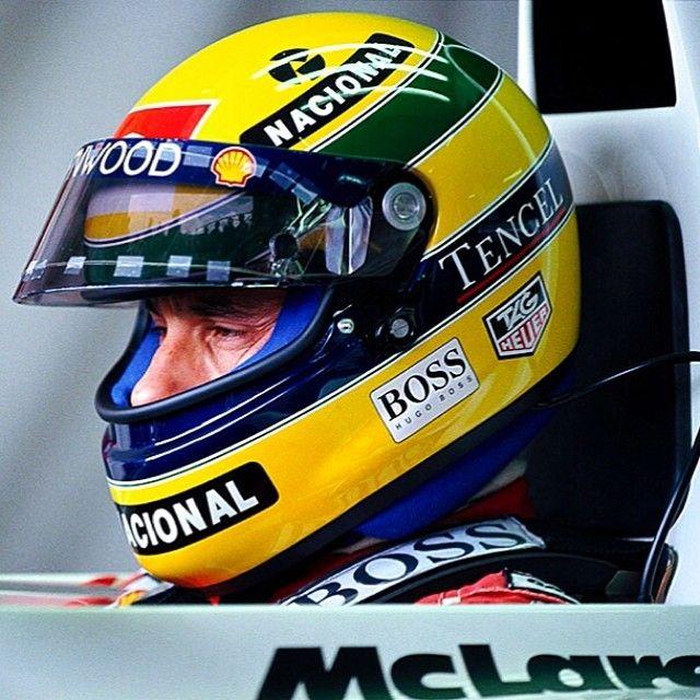 Ayrton Senna e seu inconfundível capacete amarelo no GP da Inglaterra 1993.