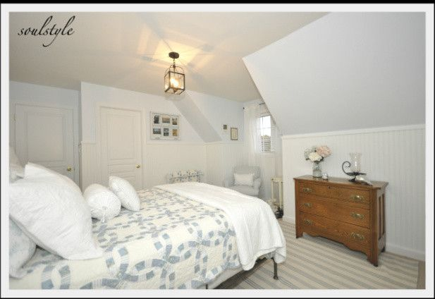 Cape Cod bedroom - simple, nice quilt