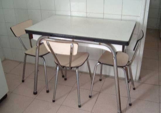 Mesa y sillas de cocina de Formica , practicamente irrompibles.