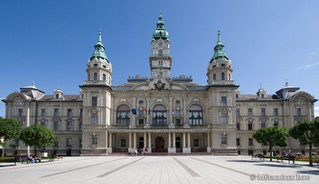 Neobarokk stílusban épült, U alakú, kétemeletes győri városháza.