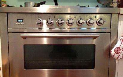 Come pulire il forno: 6 consigli pratici - Come pulire il forno? Ecco alcuni consigli e rimedi naturali per sgrassarlo e rimuovere lo sporco in poche mosse.
