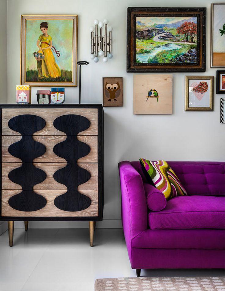 Para muitos, cores vibrantes podem não ser a primeira escolha na hora de decorar a casa. No entanto, para outros, escolher um sofá com cores vivas pode ser