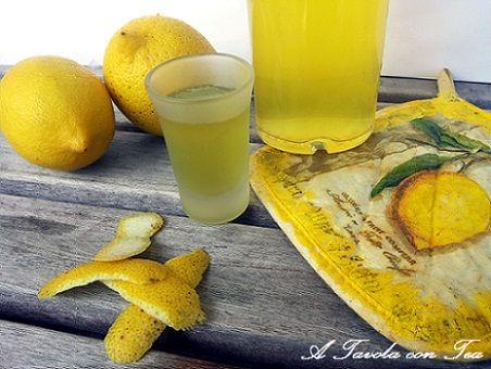 LIMONCELLOINGREDIENTI 1 lt. di alcol puro al 95 per cento, 12 limoni non trattati (abbastanza acerbi), 750 gr di zucchero, 750 m1. di acqua.