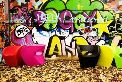 MOROSO - Sinds 1952 ontwerpt MOROSO banken, fauteuils en accessoires met bekende ontwerpers als Ron Arad, Carlo Colombo, Enrico Franzolini, Marc Newson, Toshiyuki Kita en Patricia Urquiola. MOROSO is met de bouw van de sofa's en fauteuils gericht op topkwaliteit. Het bedrijf was de eerste producent van gestoffeerde meubelen in Italië. Mooi om speciale focus op banken, sofa's en stoelen. Veel verschillende vormen en modellen en altijd een moderne en vernieuwende uitvoering.