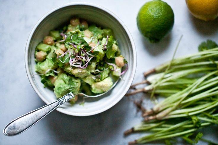 Avokádový salát s cizrnou