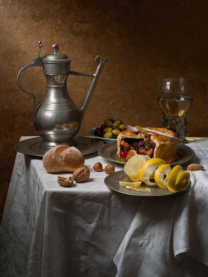 Natureza morta com frutas e torta (baseada em Pieter Claesz)   Os mestres holandeses enganavam quando eles pintavam naturezas mortas. Portanto, a fim de recriar a sua perspectiva você precisa para construir uma mesa de formato estranho, felizmente, uma toalha de mesa cobre muitos defeitos.  Kevin Best - fotógrafo   Pieter Claesz (1590 - 1661) foi um pintor holandês, e como quase todos os pintores holandeses do século XVII, tinha grande satisfação em pintar temas do dia-a-dia utilizando…