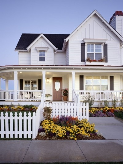 Wrap around porch! I absolutely LOVE this!!: White Houses, Idea, Dreams Home, Farms Houses, Dreams Houses, Traditional Exterior,  Pale, Wraps Around Porches, White Picket Fence