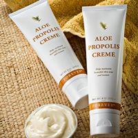 De basis van Aloe Propolis Creme is gestabiliseerde alo� vera gel, vitamine A en E. De toevoeging van bijenpropolis, natuurlijke kruiden, kamille en smeerwortel maakt dit product geschikt voor een droge of schrale huid en verbetert de conditie hiervan.