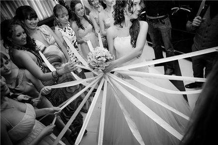 Aujourd'hui il est impossible de trouver l'origine de la tradition du lancé de bouquet, mais il est connu par toutes les filles – celle qui l'attrape sera la prochaine à dire 'oui'. Il y a deux principales façons de lancer ou, plus exactement, de