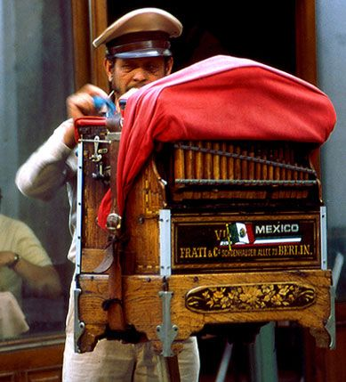 Organillero mexicano, organillo alemán Frati. Mexican organ grinder.  You can still occasionally see this charming tradition.