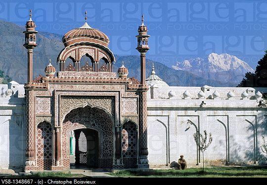 Pakistan, Chitral, Shahi mosque and mount Tirich Mir 7708 m, highest peak of the Hindu Kush range