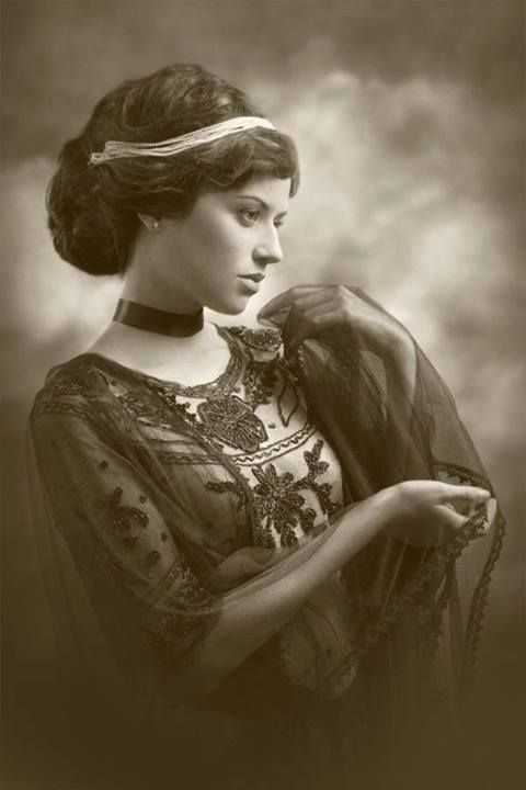 unknown but overly gorgeous Vintage lady. Such elegance.