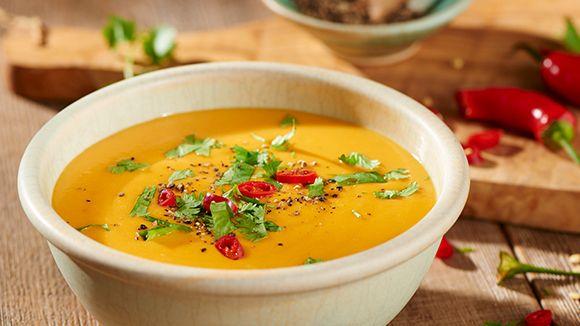 Dit eenvoudig te bereiden zoete aardappelsoep recept is altijd een succes. Geurig en pittig door de verse gember en met de lekkere smaak van kokos door het toevoegen van kokosmelk