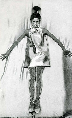 1960s futuristic fashion.Twigg representando muito Mary Quant,mini saia ,magra-magra, make up.