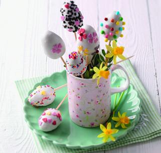 Ostereier am Stiel sind eine tolle Variante der beliebten Cake Pops, die mit diesem SweetFamily Rezept ganz einfach gelingen.