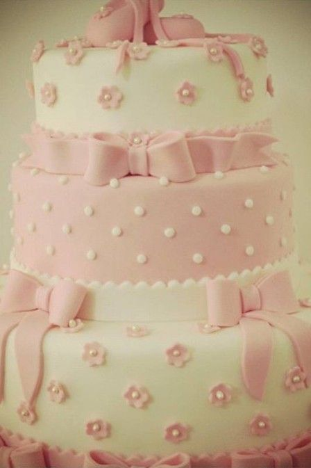 Ticiane Pinheiro mostra o bolo de aniversário de sua mãe Helô: rosa e branco com bolinhas