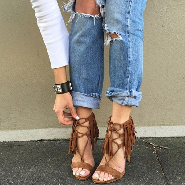 Look com calça jeans com sandália de franjas