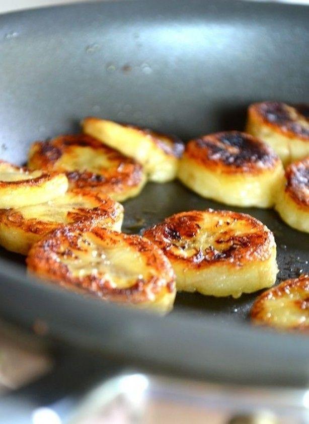 Gebakken honing bananen met kaneel: Hoe te bereiden: olijfolie in de pan, plakjes banaan erin. beide kanten goudbruin en uit de pan met een beetje honing serveren.