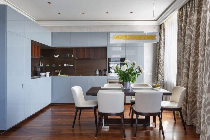 Nappali és konyha egy térben - egy gyönyörű példa szürkéskék konyhával és meleg árnyalatokkal