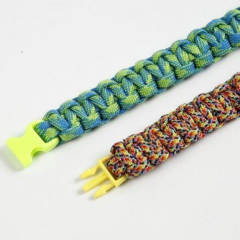 Aceasta bratara este impletita din snururi macrame / paracord, are atasata o inchizatoare trident. Capetele snururilor sunt fixate cu adeziv pentru textile. :) http://www.arthobbycreativ.ro/blog.php?sm=290