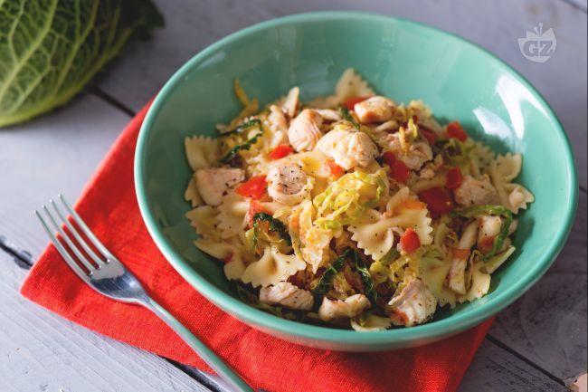La pasta con la trota è un primo piatto gustoso realizzato con verza, pomodorini e acciughe che si sposano in un equilibrio di sapori e consistenze.