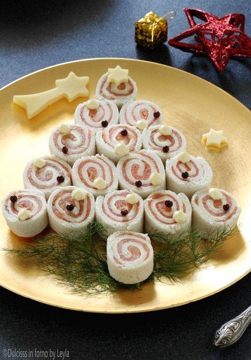 Albero di Natale di tartine al salmone, antipasto di Natale ricetta Dulcisss in forno