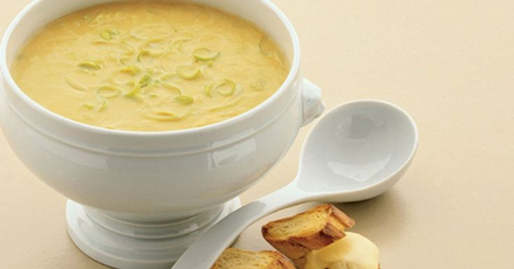 Hurtig opskrift på en en dejlig, varmende suppe med porre. Grøntsagssuppe med ostebrød er en ret med en lækker fyldig smag.