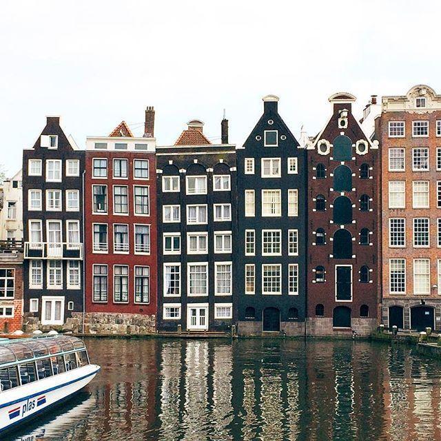 Amsterdam e suas casas tortas são só amor ❤️ || @aricretella || arquitetura - Holanda - Amsterdam - Houses - casa holandesa - cute - dicas de viagem - viajar Holanda - onde visitar Holanda - travel tip - what to do Amsterdam