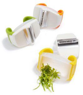 palm-zester Chef'n. Denk bij Bijenkorf of Kookeiland. Raspje voor citroen/limoenschil. Niet in het groen! Rond de 6 euro.