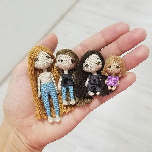 Горстка кукол всевозможных размеров 😊 7,5 см, 6 см, 4 см, 3 см 🤗 З.Ы: да, я все еще помню, что вы странные и любите ночные фотки незаконченных кукол 😄 #ami_dolls #ami_dolls_evolution #ami_dolls_work #wip #miniature #crochettoy #tinydolls #amigurumi #weamiguru #artdolls #crochetartist