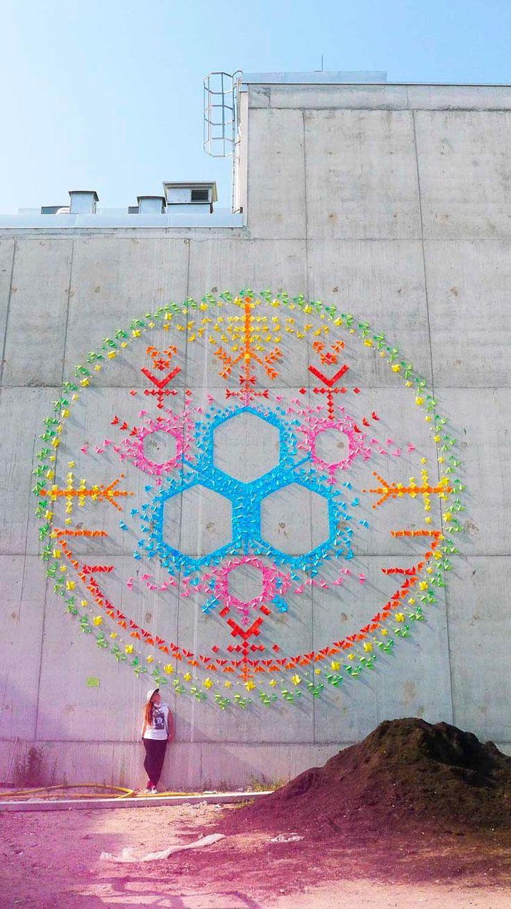 Nous avons déjà souvent parlé de la street artist française Mademoiselle Maurice, qui recouvre les murs avec des milliers d'origamis colorés afin decrée