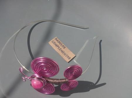 Original Diadema elaborada en aluminio especial bisutería color ROSA Y MARRÓN CLARO ,creando espirales que dan forma a una mariposa  junto con botones retro adoptando la forma de la cabeza.    Están adosadas a las diademas teniendo en cuenta el color del metal para que combinen a la perfección con las mariposas.