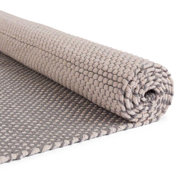 Natürliche Baumwolle ist die Basis unseres Teppichs Ervadi, der in traditioneller Handwerkskunst von unseren zertifizierten Partnern in Indien geknotet wird. Ein einzigartiges Punktemuster sorgt für gute Laune und lässt den Boden in Ihrem Zuhause in neuem Glanz erstrahlen.   Kombiniert mit einer rutschfesten Unterlage bleibt der Teppich an Ort und Stelle.