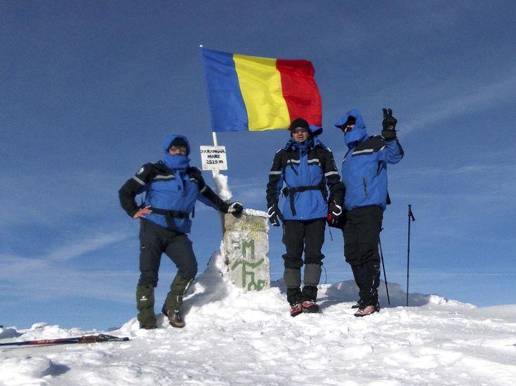 Drapelul naţional este arborat, de Ziua Naţională a României, la cota 2.519 pe Vârful Parângul Mare, de către jandarmii montani hunedoreni, duminică, 1 decembrie 2013. (  Nicoleta Medrea / Mediafax Foto  ) - See more at: http://zoom.mediafax.ro/news/1-decembrie-2013-11733842#sthash.6ZXvmsOH.dpuf