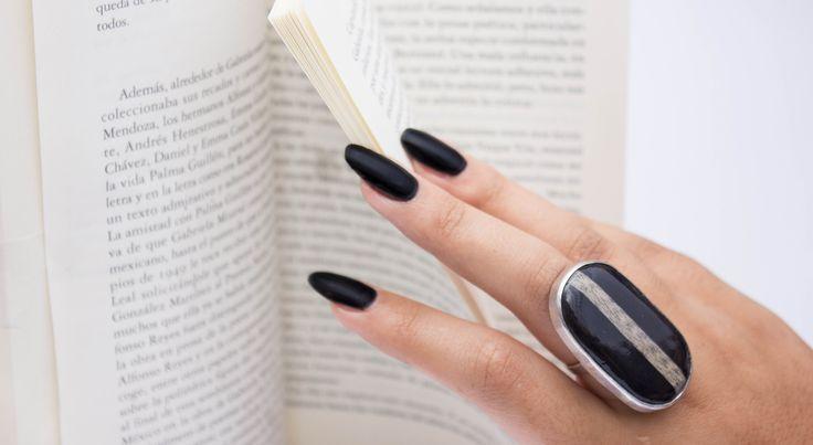 Joyas de papel Anillo hecho con papel de descarte color negro y  hojas de libros, metal plata 950.