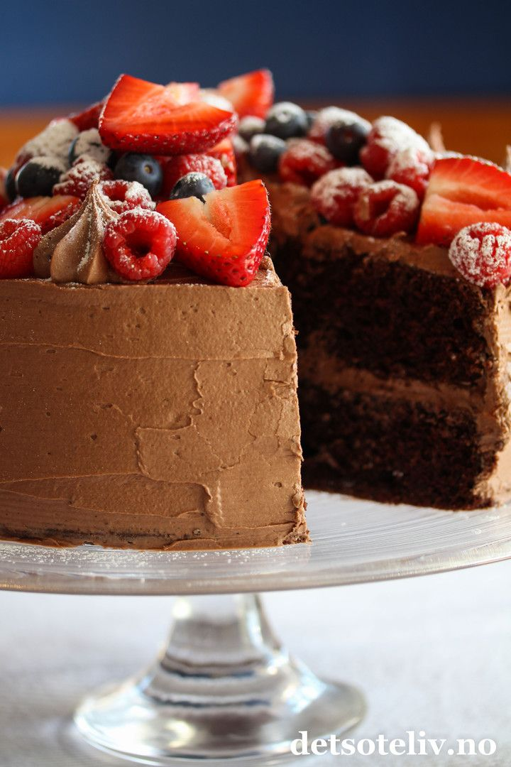Hei dere! Nå som det har blitt august, begynner jeg for alvor å glede meg til utgivelse av min nye kakebok: Det søte liv - Kaker for enhver smak! Bortsett fra jobbing med register og litt korrektur, er boken fiks ferdig, og sendes til trykken om et par uker. En gang i slutten av september kommer boken ut til bokhandlerne rundt omkring i landet! Denne herlige sjokoladekaken er med i sjokoladekapittelet i boken og er en kake jeg har laget etter tips fra min flinke bokredaktør, Marianne. Frem…