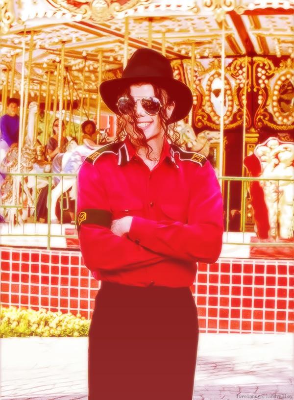 Este tipo de outfit fue usado por Michael Jackson en varias ocasiones, parece que se sentía muy cómodo con la combinación negro y rojo!