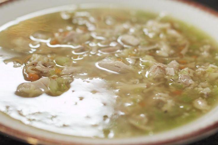 Wij Belgen zijn een volkje van soepeters.We eten soep bij de lunch, bij het avondeten of gewoon als tussendoortje. En reken maar dat ook Jeroen er gek op is. Hij maakt een stevige klassieke kippensoep met een garnituur van zorgzaam versneden groentjes. Voor de nostalgiefactor zorgt wat letterpasta.