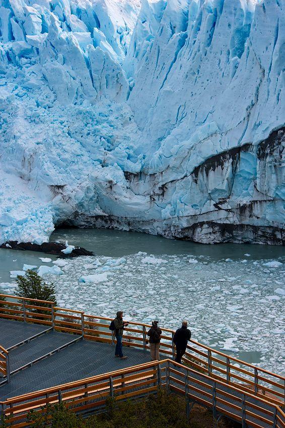 Pasarelas frente al imponente glaciar Perito Moreno, provincia de Santa Cruz, del sur argentino... es el único glaciar en avance en el mundo .... atrae turismo de todos los lugares de la Tierra.
