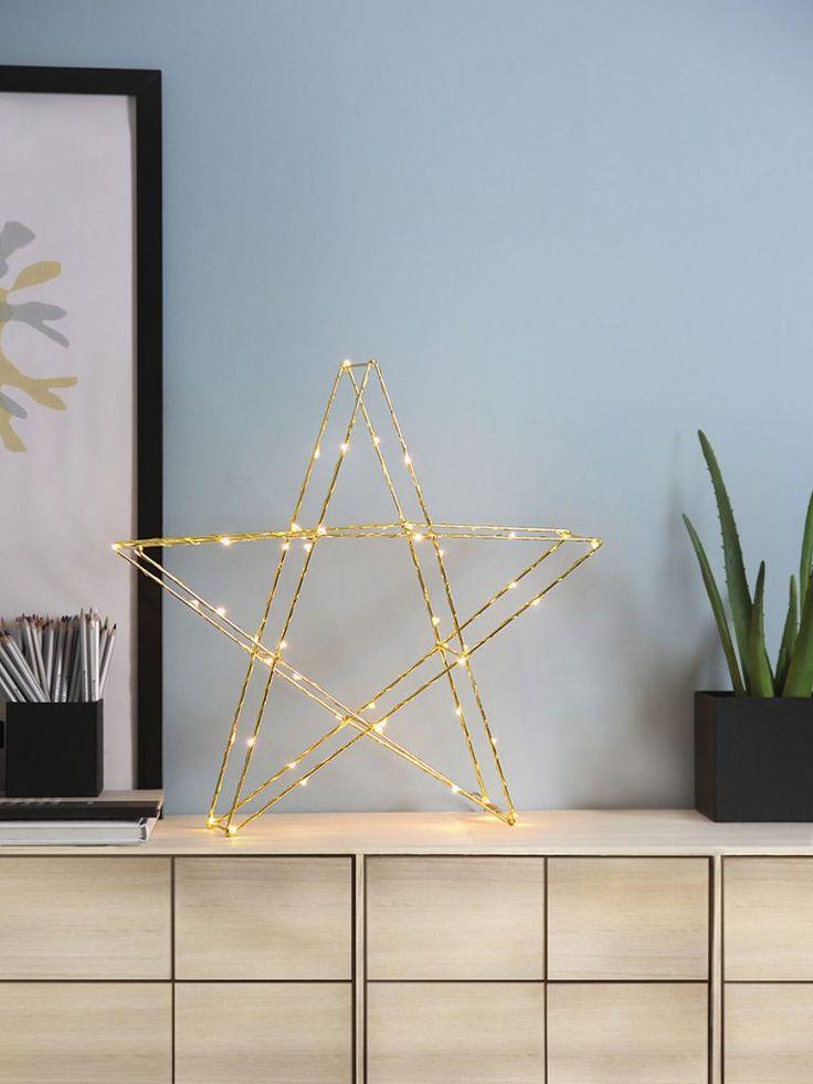 Tre-dimensjonal bordstjerne i messingfarget metall med dew drop slynge fra Star Trading. Stjernen har 50 LED-lyskilder med varmhvitt skinn og er fin å sette i vinduet, på bordet eller på en hylle.