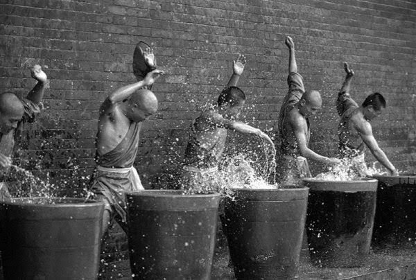 Des moines Shaolin réalisant un entraînement intense : des images à couper le souffle !
