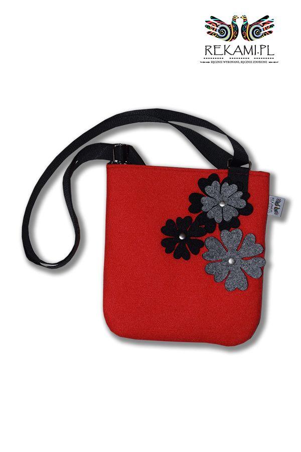 Czerwona listonoszka z szarym kwiatem