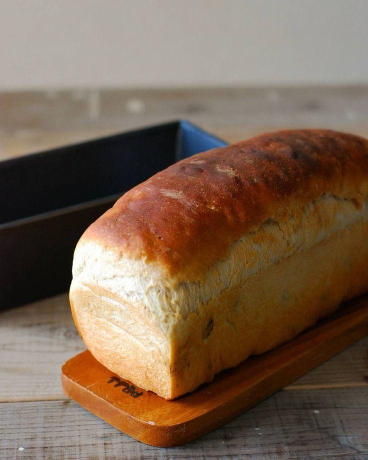 2016.4.12 . レーズン消費のワンローフ . ホイロ中にうたた寝しちゃったけどギリギリセーフで焼成ヽ(o; なんだか今日はネムネムだ...(ωก) . . #レーズンパン#食パン#raisinbread#ワンローフ#bread##手作りパン#instabread#パン#homemadebread #homemade#homebaker  #foodphotography#foodpic #instafood#breadlife#パン作り#おうちパン#foodstagram#breadstagram#instagramjapan by nocci_ruzago