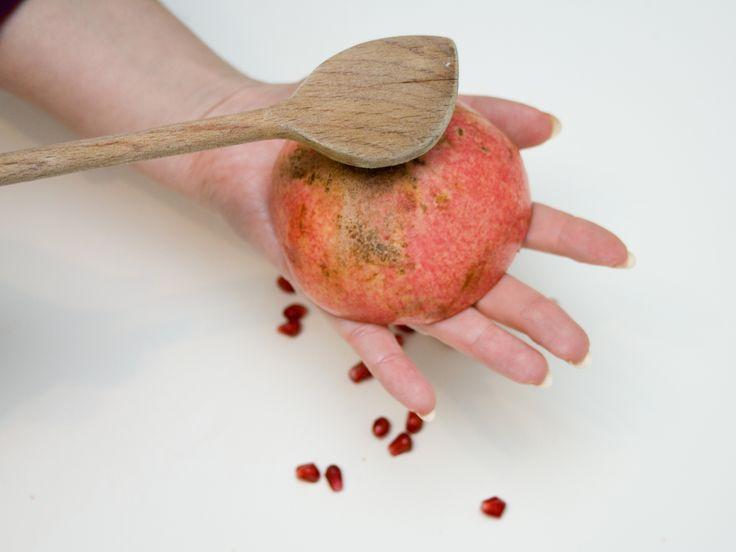 Puoi aprire un melograno nello stesso modo in cui apriresti una mela o un'arancia, ma così facendo si perderebbe molto del prezioso succo contenuto negli arilli (i chicchi) all'interno del frutto. Questo articolo ti mostrerà come evitare c...