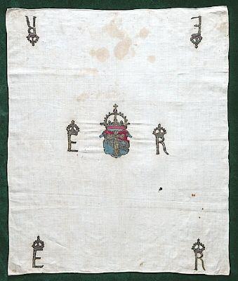 Courtesy of The Royal Armoury   //  Näsduk av linne. Vasavapnet och initialerna E R (Ericus Rex) är prydda med en krona, broderade med förgylld silvertråd och färgat silke. Från år 1560 cirka.  //  Handkerchief made out of linen. Vasa dynasty's national emblem and the initials ER (Ericus Rex) are embellished with a crown, embroidered with silver thread and colored silk. From the year 1560 approximately.. //