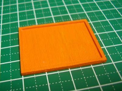 今回は文量が多いです。透明シリコンを使ってレジン成形用の型の作り方。なお、正確には「シリコーン」と呼ぶべきなんでしょうが、ここでは「シリコン」と表記します。 まずは、型取りをしたい原型を用意します。今回は、1mm厚のバルサ材で作ったお盆を用意しました。バルサ材にシリコン液が染み込まないように、ニスを塗ってコーティング後、念のためアクリル絵の具も塗っています。わかりやすいようにオレンジで着色しました。 次に、原型の大きさに合わせて、型取りブロックを組み立てます。型取りブロックは非常に便利なアイテムですので、シリコンで型取りをする方は、買っておいて損はありません。 Mr.型取りブロックプレ-ト V…