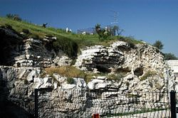 Kukkulan sijainnista ei ole kuitenkaan varmuutta. Jotkin nykyajan kirkot ja tutkijat uskovat Golgatan sijainneen Pyhän haudan kirkon paikalla.