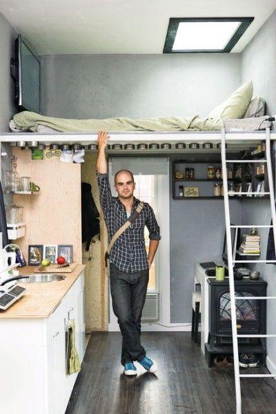 離れの超狭小プライベート空間内のキッチンとロフトベッド
