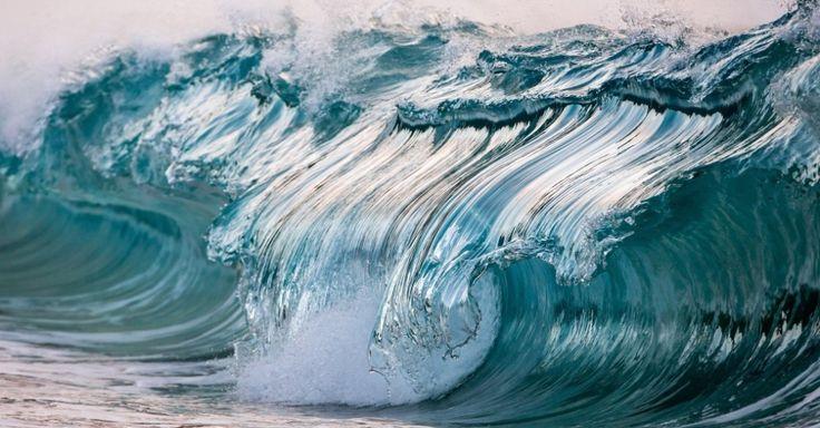 """O fotógrafo Pierre Carreau criou a série """"AquaViva"""", em que utiliza técnicas fotográficas e alta velocidade da câmera para gerar espetaculares imagens de água em movimento. É como se a água de São Bartolomeu, território francês nas Pequenas Antilhas, onde ele vive, ficasse congelada e virasse uma escultura gigante, apesar de ele registrar ondas menores"""